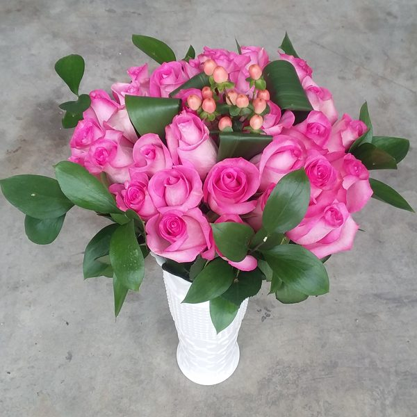 25 pink roses bouquet front
