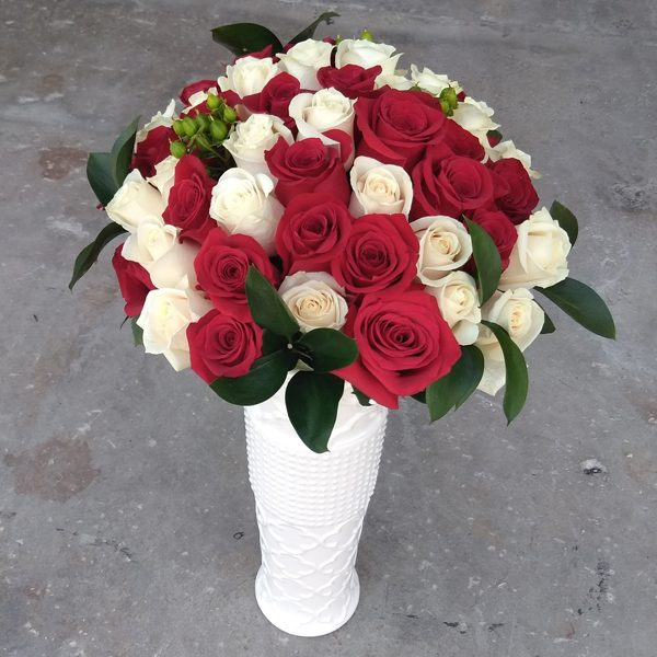 50 red and white roses mix front