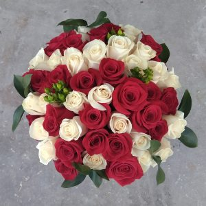 50 red and white roses mix top